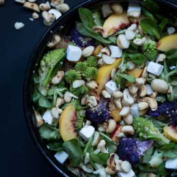 Herkullinen kvinoa -kukkakaalisalaatti