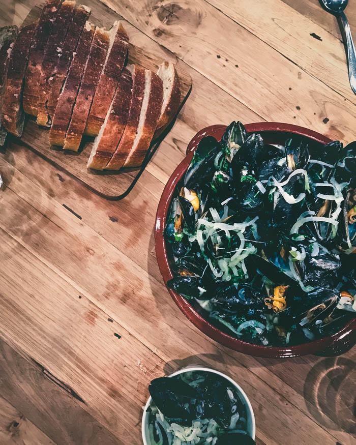 Viinissä ja kermassa keitetyt sinisimpukat