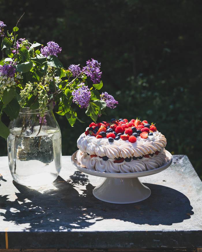 Pavlova – herkullinen marenkikakku raparperilla ja marjoilla
